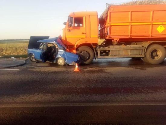Пенсионерка за рулём «семёрки» погибла после столкновения с КамАЗом