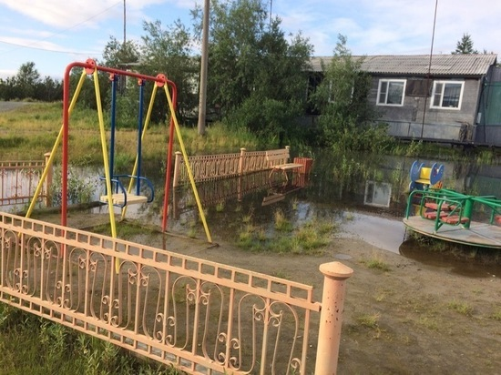 Затопленную детскую площадку в Лабытнанги починят только в следующем году