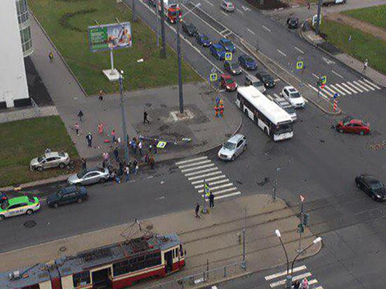 На Ленинском проспекте машина врезалась в толпу