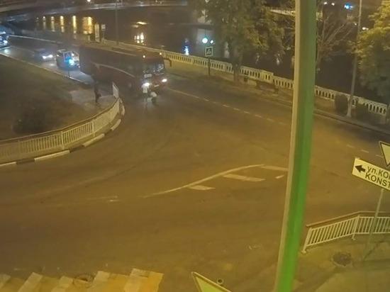 Автобус в Сочи сбил пешеходов на «зебре»: ЧП попало на видео