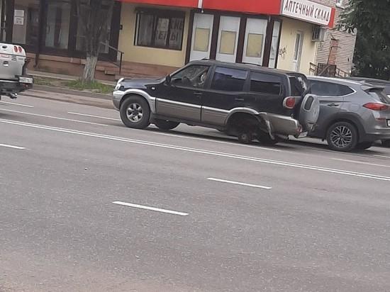 На улице Кирова в Смоленске внедорожник потерял колесо