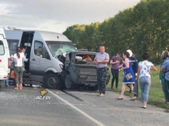 Легковушка сломалась пополам после удара автобуса на Алтае