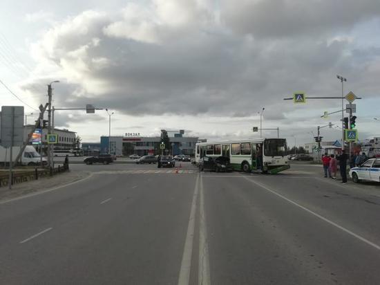 В Новом Уренгое ВАЗ протаранил пассажирский автобус
