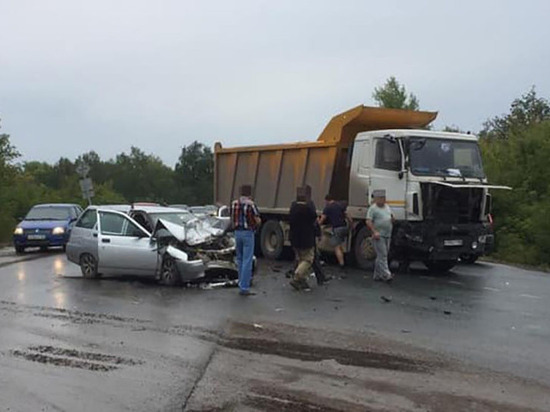 В Уфе в лобовом столкновении сошлись грузовик и легковушка