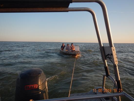 Любовавшаяся лотосами семья застряла в лодке на Азовском море