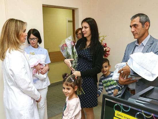Женщину, в третий раз подряд родившую двойняшек, наградили подарочным набором