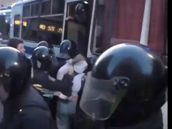 Правозащитник оценил действия полицейского, ударившего женщину в живот: «Должен ответить»