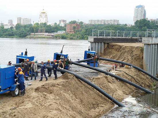 Мощные насосы защищают один из районов Хабаровска от затопления
