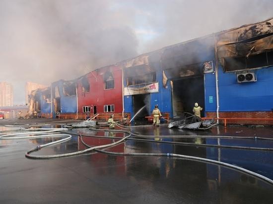 «Ветер и перебои с водой»: пожар на Енисейском рынке все еще не потушили