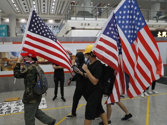 Американские флаги в руках гонконгских демонстрантов спровоцировали обвал на биржах