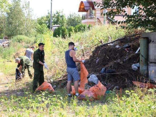 В Астрахани с острова Пролетарский вывезли 15 кубов мусора