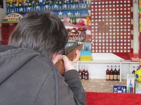 В Анапе пьяный дебошир избил работницу тира за отказ пострелять