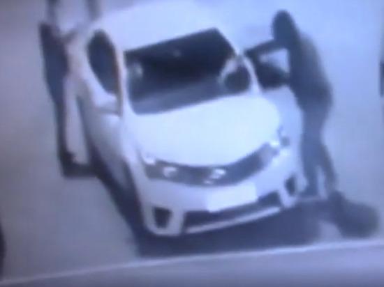 В Оренбурге на улице Поляничко подожгли автомобиль