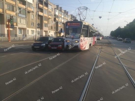 """Две """"Лады"""" не поделили дорогу с трамваем на Радуге в Кемерове"""