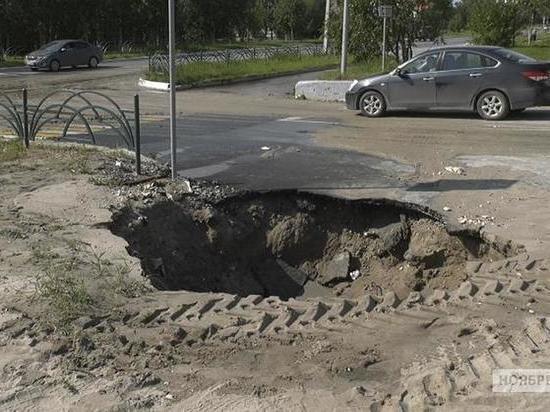 В Ноябрьске затопило улицу из-за прорыва на теплосетях
