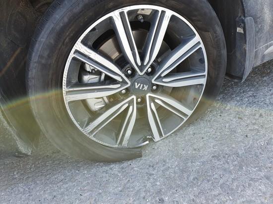 Автомобиль порвал колесо из-за ямы на трассе в ЯНАО