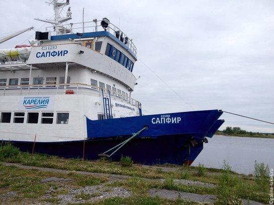 Туристическое судно со 125 ярославцами село на мель в Карелии