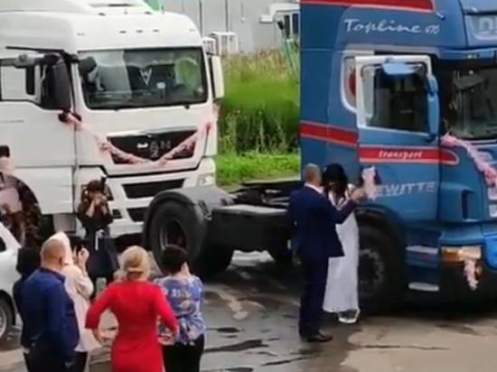 Видео со свадьбы российского дальнобойщика взорвало Сеть