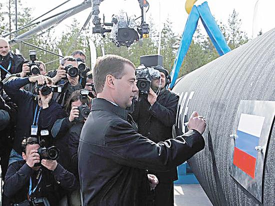"""""""Газпром"""" попросил у Медведева триллион рублей на свои проекты"""