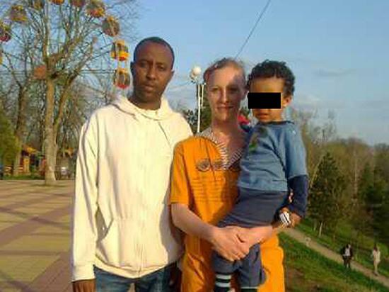 Муж-африканец рассказал о жизни с женщиной, бросившей дочь в пиццерии