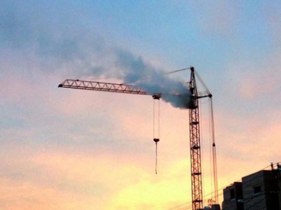 В Челябинской области загорелся башенный кран, есть пострадавший