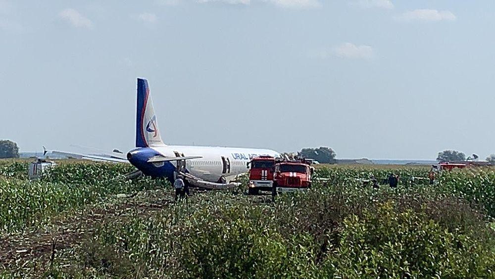 В результате аварийной посадки самолет усеял поле деталями фюзеляжа: фоторепортаж