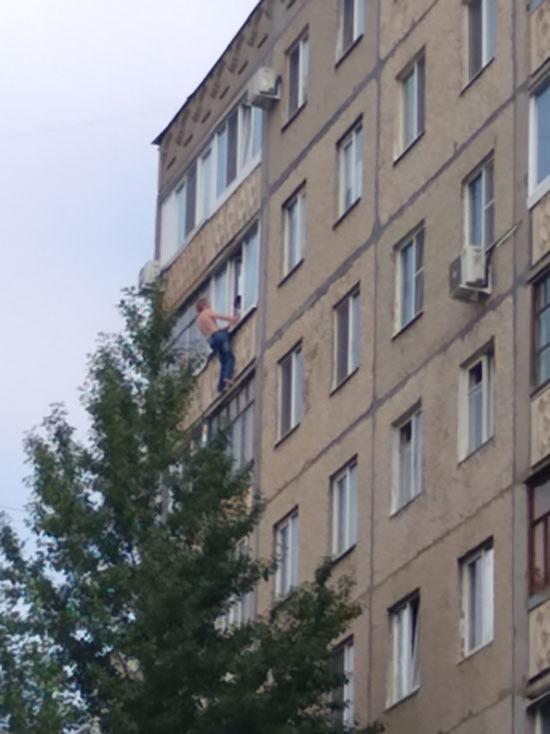 Спасатели уберегли уфимца от падения с восьмого этажа