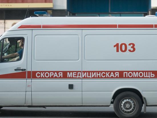 Автомобиль врезался в автобусную остановку в центре Москвы