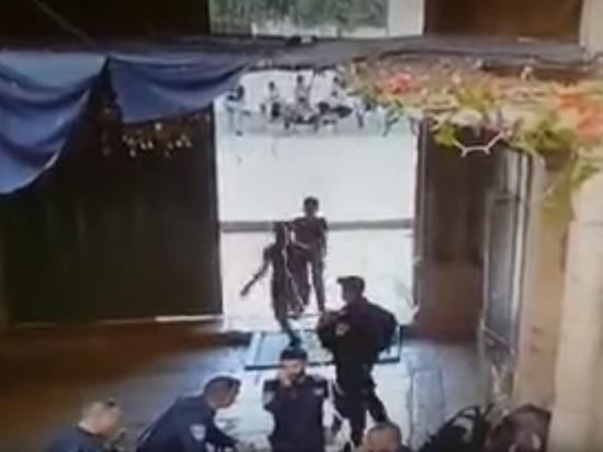 В Иерусалиме на полицейского напали два подростка с ножами