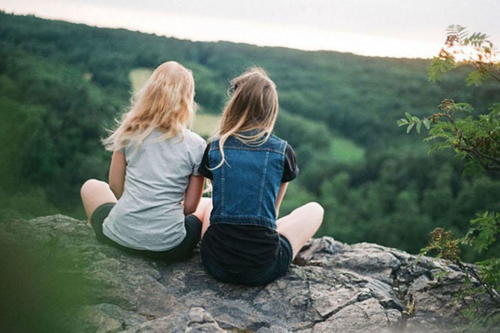 Картинки две сидящих девочки