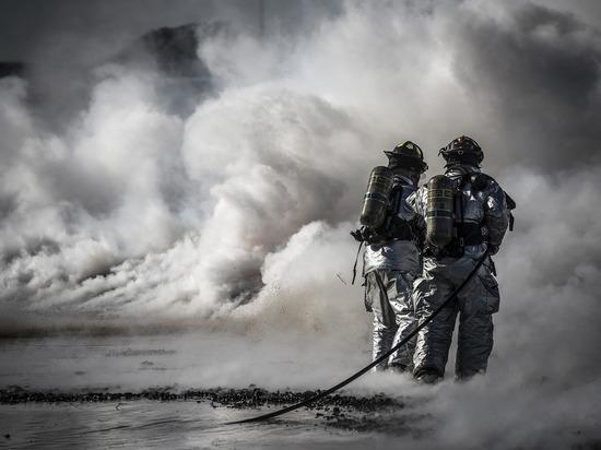 Восемь пожарных в Новом Уренгое боролись с огнем в гараже