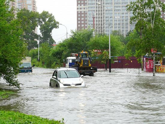 В Хабаровске перекрыли затопленную улицу