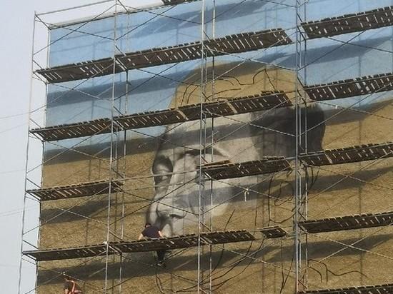 Портрет Юрия Двужильного завершают писать на фасаде одного из кемеровских домов