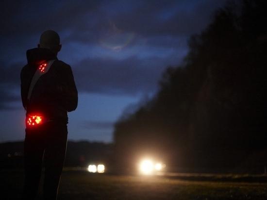 В Хакасии Мерседес сбил молодого человека на трассе