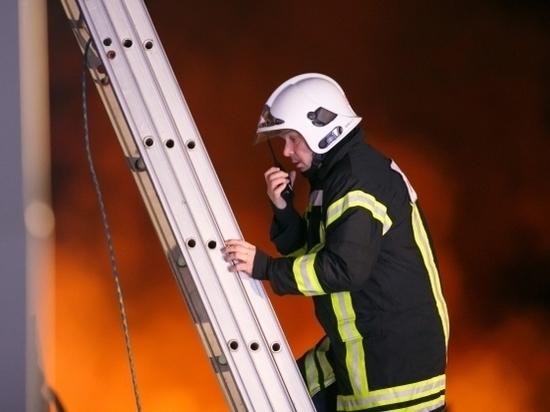 В Волжском на пожаре в четырехэтажке пострадал человек