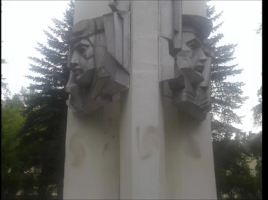 В Тверской области Обелиск Славы разрисовали свастикой