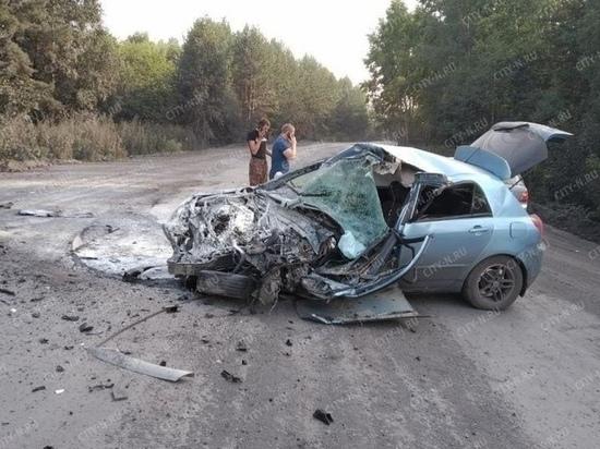 КамАЗ сплющил легковой автомобиль в Новокузнецке