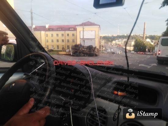 В Смоленске на подъеме в гору опрокинулась автовышка
