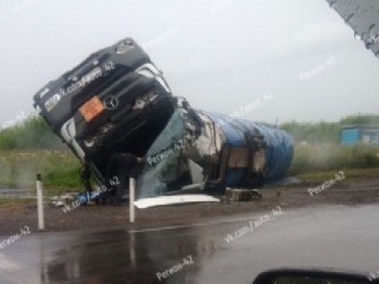 Из-за перевернувшейся автоцистерны в Кемерове образовалась пробка