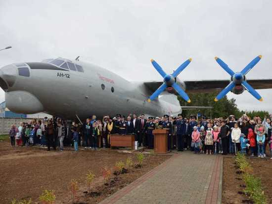 Самолет Ан-12 навсегда стал памятником в Калужской области
