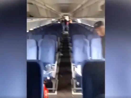 Опубликовано видео из салона севшего в поле самолета