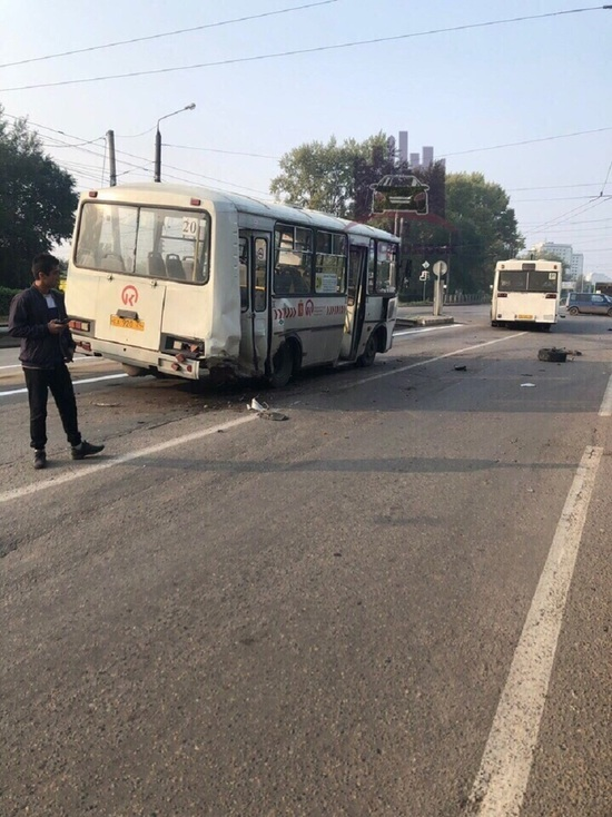 В Красноярске пьяный водитель протаранил автобус