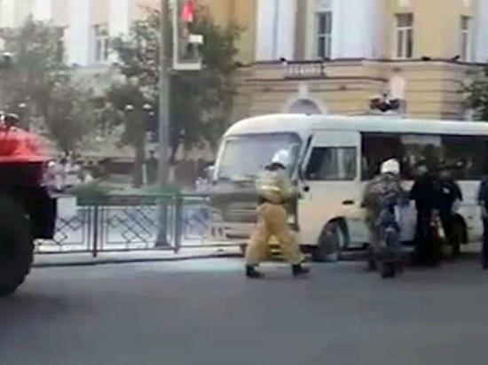 В Улан-Удэ полицейские спасли людей из горящего автобуса