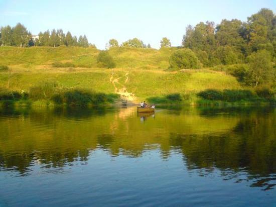 """В паблике """"Быль нового Ржева"""" утром 19 августа подписчики сообщили, что в Волге в Верхнем Бору была обнаружена лодка без хозяина"""