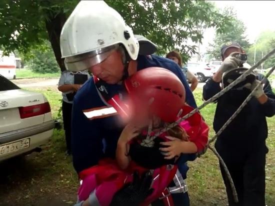 В Новосибирске спасатели эвакуировали брошенного ребенка через окно