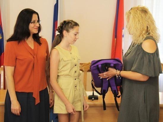 Орловским школьникам подарили портфели и карандаши