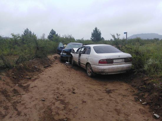 В Бурятии две «Тойоты» не разъехались на проселочной дороге
