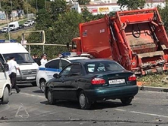 В Севастополе неисправный мусоровоз понесло с горки: пострадали 15 авто