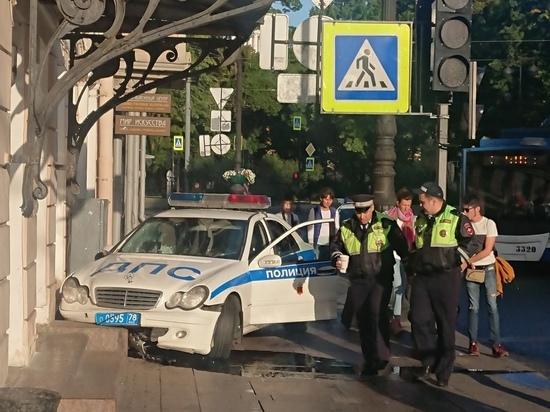 Автомобиль ГИБДД въехал в стену дома на Невском проспекте