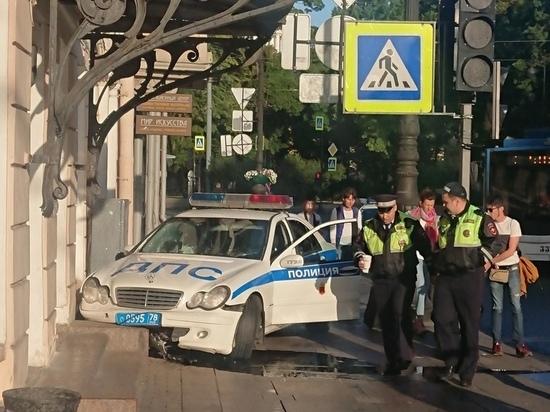 ГИБДД: Врезавшийся в дом на Невском проспекте экипаж гнался за нарушителем